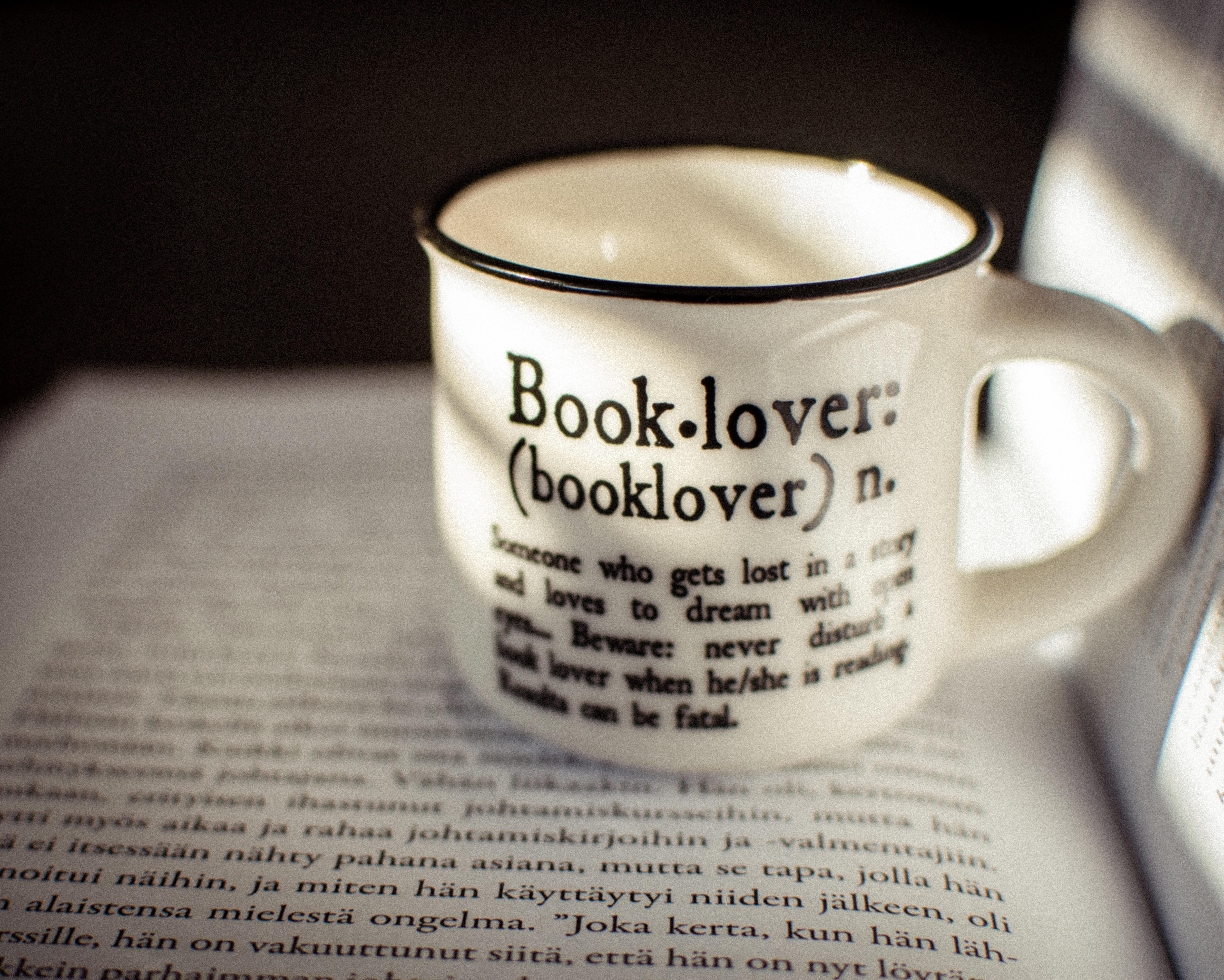 Pieni espressokuppi kirjan päällä