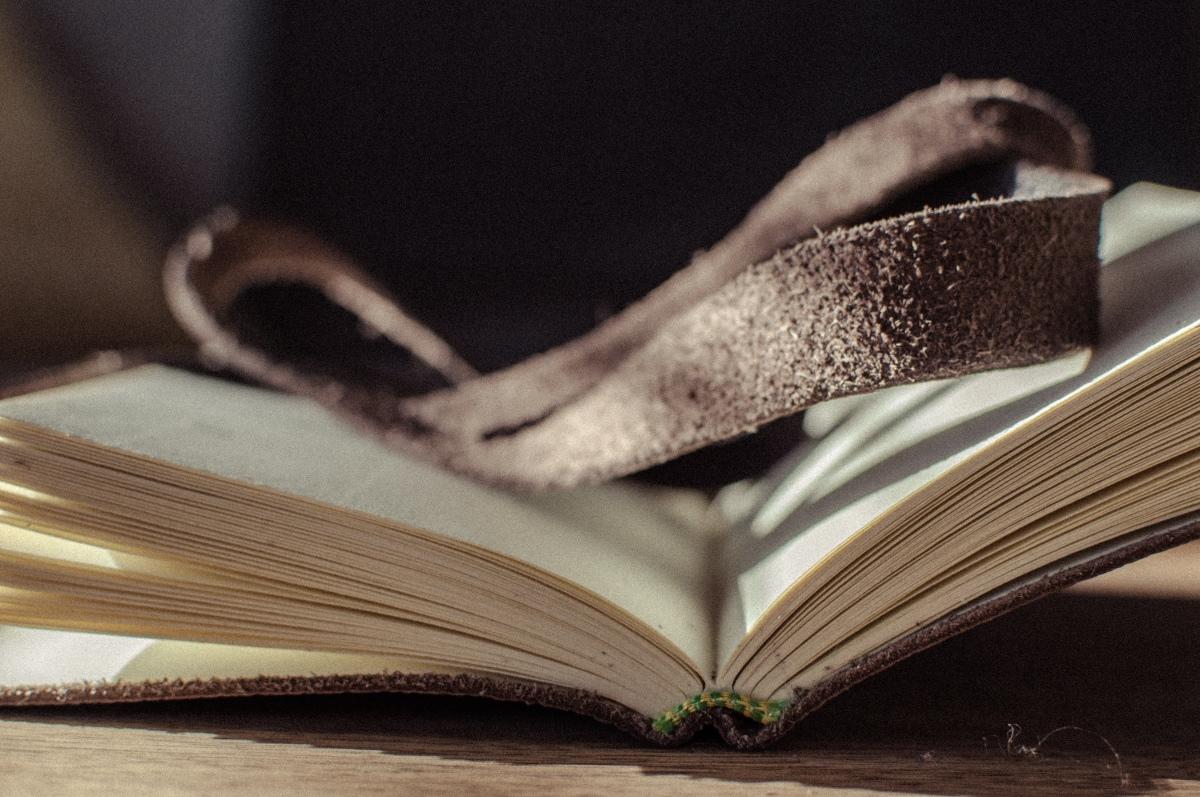Nahkakantinen muistikirja, käsityötä